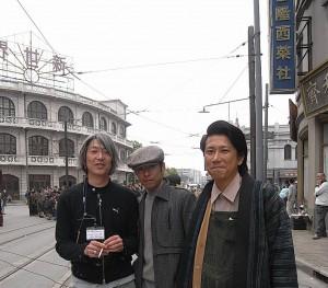 エキストラ出演したKFC東(右)と日々谷(中央)、左は照明の三善さん