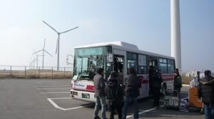 風車をバックにバス内の撮影。いい天気!